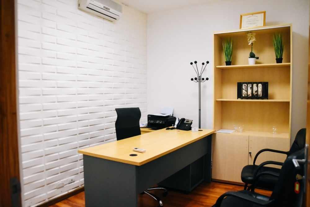 scrivania in ufficio vuota