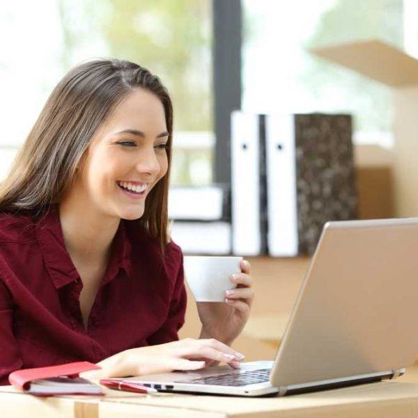 donna freelance al computer