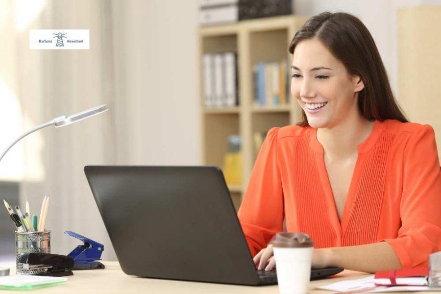 donna al pc lavoro freelance e aziende