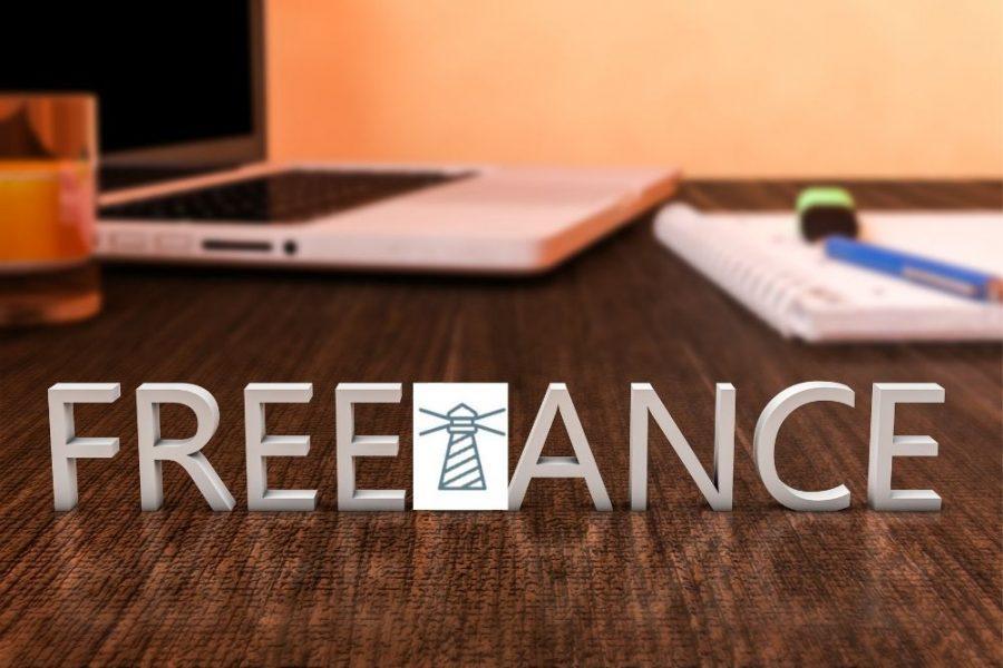 Freelance una scritta sul tavolo con pc