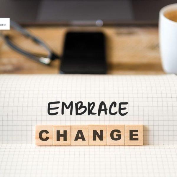 immagine con foglio bianco e lettere che descrivono il cambiamento